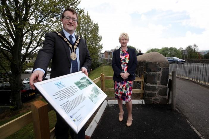Mayor unveils new plaque on Union Bridge following refurbishment